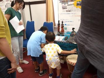 展示されていたアフリカの道具に興味津々の子供たち