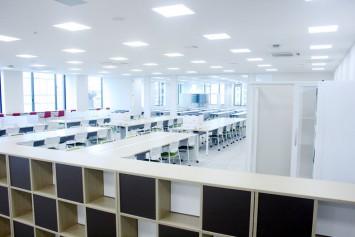 キャリアセンター梅田オフィス。個別に使えるスペースや電源、相談ブースや鏡があるスペースもある