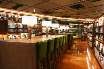 1階奥には「スターバックス コーヒー」の売り場がある