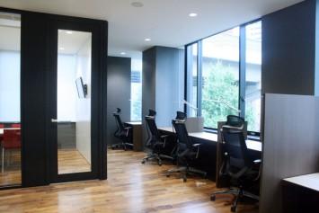 写真右側が作業や学習を行える集中スペース。扉で仕切られている写真左がミーティングルーム