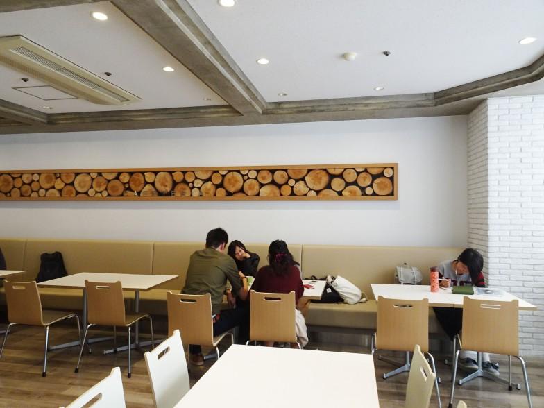 木のインテリアは、新教室棟の建設のため伐採された樹木を再利用