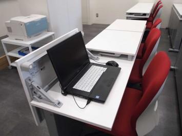 通常は一般教室。机を持ち上げるとPC教室に早変わり