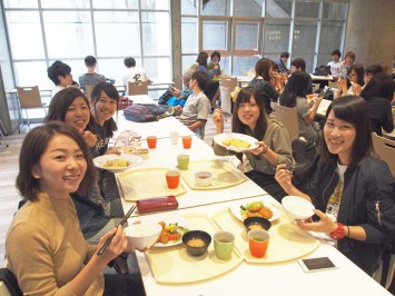 3回生の学生たち。大谷天津丼とランチセットがやっぱり人気!?
