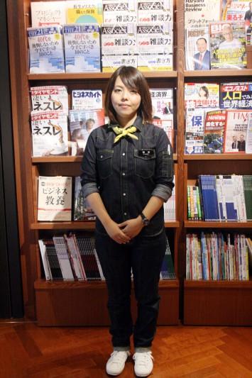 「TSUTAYA BOOK STORE 梅田 Me RISE」で働くスタッフの方の制服(女性)