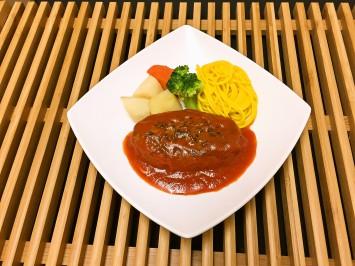Aランチ(430円)のハンバーグは、ご飯とお味噌汁付き。彩り鮮やか