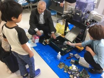 早稲田大学で開催された10月の文化芸術週間では、子どもたちにリサイクルの大切さを教える活動も