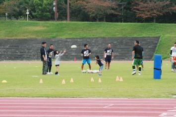 小学生ラグビー体験。パスの練習