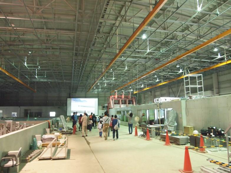 右側に延びているのは、長さ45m、高さ2m、幅4mという西日本最大級の水槽