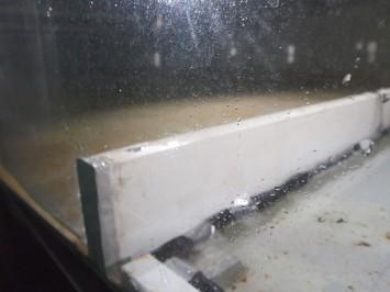 防潮堤に見立てた板も水槽内に設置