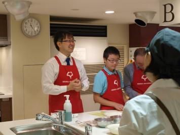 調理中、各テーブルを周り参加者の方と直接お話をしていた中久保先生