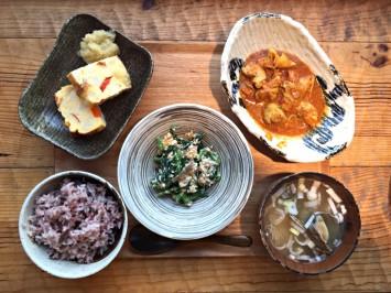 [左上]ジャガイモのスパニッシュオムレツ、[右上]アス食カレー、[中央]ほうれん草と柿の白和え、[左下]アス米、[右下]あさりの味噌汁