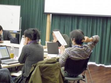 参加者は手元のパソコンで内容を確認しながら意見を出し合う