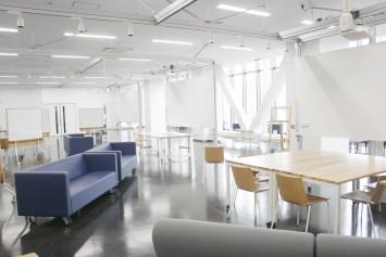 間仕切りのない空間にすることで、他者と交流が取りやすい空間となっているロボティクス&デザインセンター