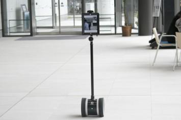 カメラ映像を見ながら遠隔操作できるロボット。施設案内などさまざまな活用が期待できる