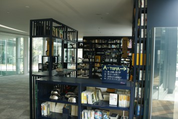 大学図書館とは思えない本棚。本屋さんのよう