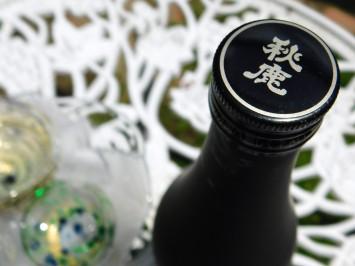 製造は秋鹿酒造が担当。キャップには秋鹿酒造の名前が。