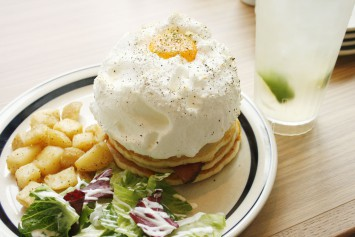 ハムチーズとエッグインクラウド。サクッフワッのメレンゲとモチモチのパンケーキの食感も楽しめる