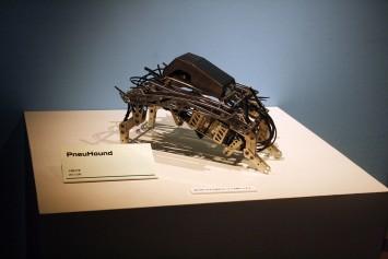 PnueHoundという小型犬のようなロボット。動いている様子は側のモニターで見ることができる