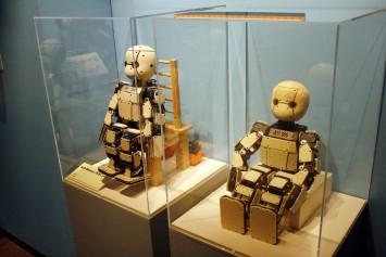 子どもを模したロボット。板の部分はすべてセンサーなのだそう