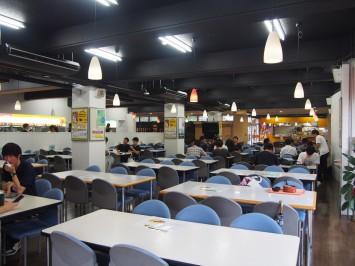 食堂内は広々としており、お昼時は学生でいっぱいになるそうです。