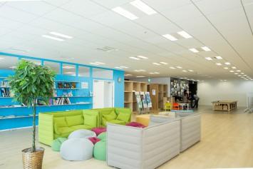 夢キャンパスには、くつろげるスペースや学習できる図書スペースも用意されています。