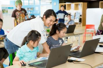 フレンドリーなお姉さんは児童学科の学生、一緒になって作業を進めていきます。