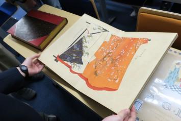 江戸時代頃に日本で刷られた衣装集。「雛型」「ひいな型」として刊行されたそう。着物の柄がよく見えるように工夫されている