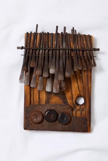 親指ピアノは地域や民族によって、リンバ、ムビラ、アドンゴなど、呼び名もそれぞれ異なる。