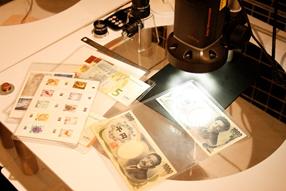 マイクロスコープとさまざまな印刷物