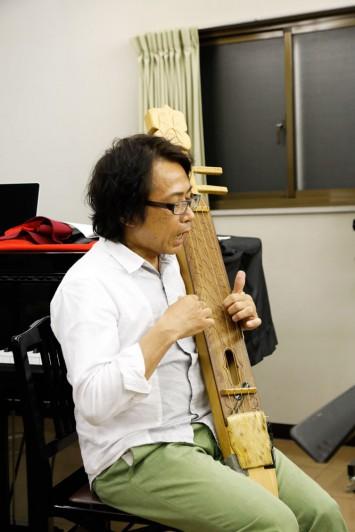 1970年代に伝承が途絶えかけたトンコリ。千葉先生は演奏法を復元し、多くの楽曲を演奏可能にするために尽力された。