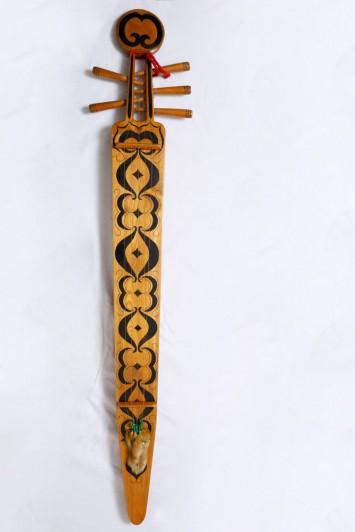 頭、おへそ(魂)、足…人間のカラダを表しているともいわれるトンコリはサイズも意匠もいろいろ。