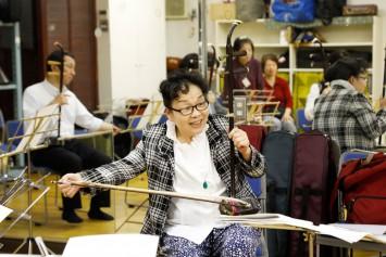 時には笑いあり。二胡を弾くテクニックだけではなく、文化なども楽しく教えてくださる劉先生。