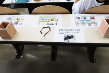 机の上には作り方とともに塑性加工についての分かりやすい説明もある