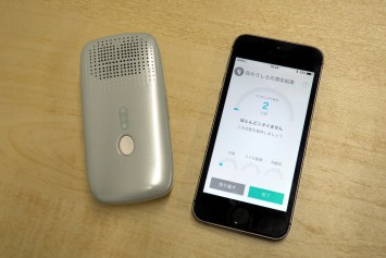 クンクン ボディ本体とスマートフォンアプリ。販売までにさらに精度を高めている最中という