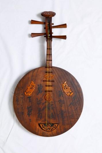 坂本龍馬が長崎で買い求めたという逸話も残る月琴、現代ギターと同様にフレットが付いている。