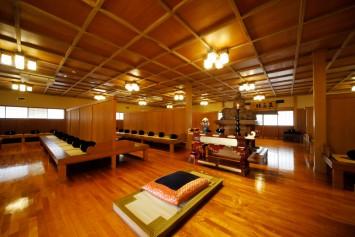 中央に聖僧様(文殊菩薩)が祭祀られた坐禅堂。
