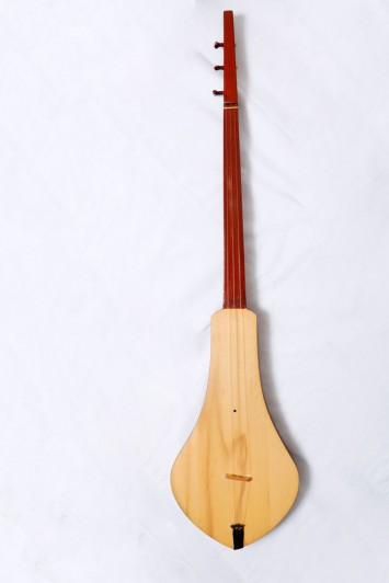 中央アジア、キルギス共和国のコムズは船を漕ぐオールに似た三弦楽器。小さな鳥が飛び回るような可愛らしい弾き方