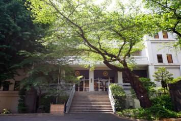 禅研究館4階にある坐禅堂は140名収容できる。