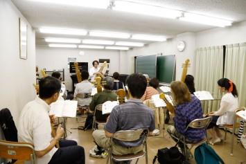 受講生の中には外国人の方も。演奏技術とアイヌ文化を学べるこの講座、新鮮な感動を受けるとジワジワ人気が上がっている。