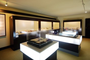 発刊当時の書籍を展示している第1展示室。