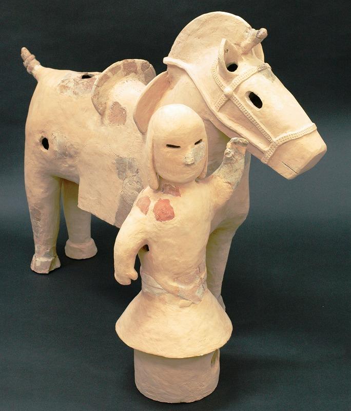 待兼山遺跡から出土した馬型埴輪と馬曳人埴輪