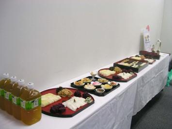 美しく盛られた試食コーナー。150年程前に御所の料理方が定年後に売りはじめた千枚漬け、約400年前に上賀茂神社の社家さん達が作っていたすぐき、建礼門院が命名したと言われるしば漬けも。
