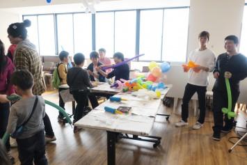 バルーンアートのコーナーでは学生が動物などを作成