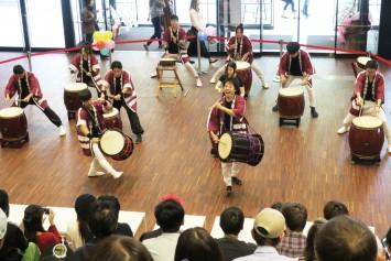 和太鼓サークル甲(きのえ)の演奏。途中は留学生も交えた力強い演奏に拍手がおこる