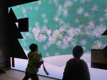 画面の中で雪や星が踊っています