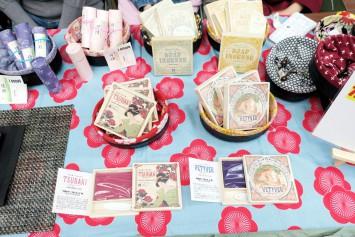 過去のプロジェクトで製造したお香も販売。お香のほかに伝統技法「注染」で染めたオリジナル手ぬぐいも販売している