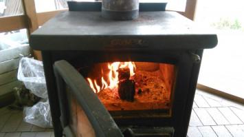 ソファー席の横にある暖炉。冬には薪がくべられる