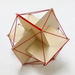 スケルトン・サッカーボールを作るワークショップ。まず3枚の名刺をうまく組み立て、名刺の短い辺と一致する頂点を結ぶと正二十面体のできあがり。