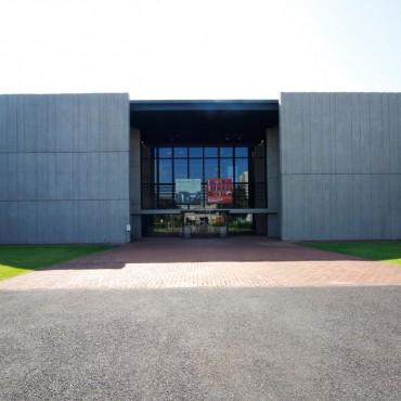 空と緑と建物が調和した光景はまるでひとつの作品、他の建物とのバランスも見事です。