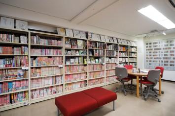懐かしい一冊が!雑誌や単行本など約4500冊が並ぶ2階の閲覧室(明大生・教職員以外は会員登録が必要)。こちらで書庫資料の請求をすると、さらに約7万冊が閲覧可能に。また各回のコミケの見本誌(約5万冊)を一時預かり、閲覧もできます。